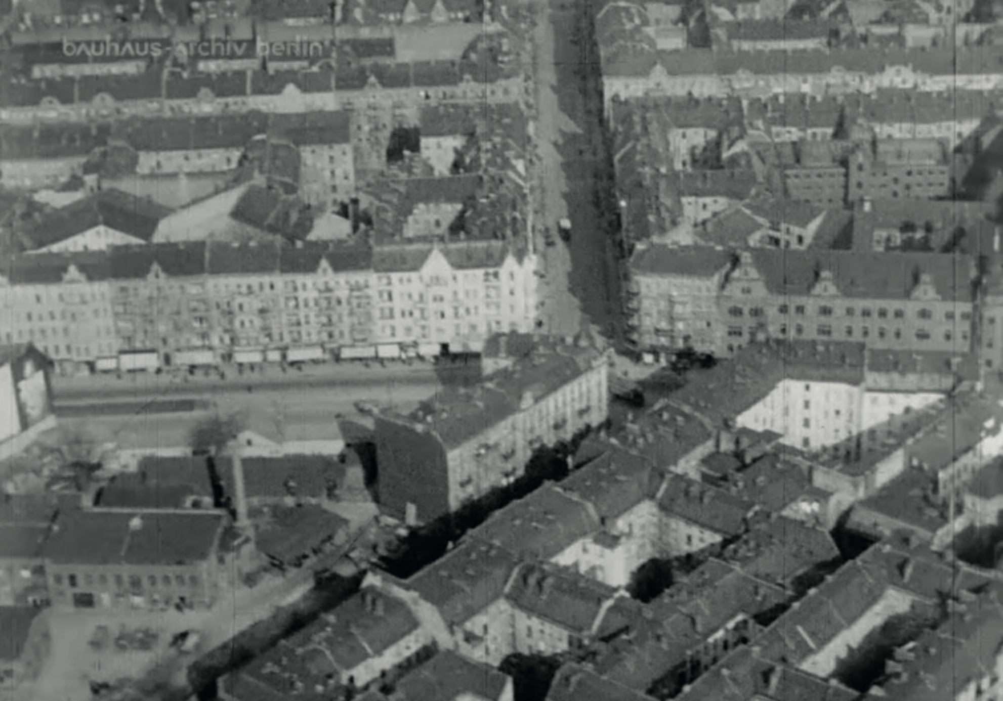 16 million Germans live in large cities. And most of them live in tenement housing. Image from: How to live healthily and economically? Film series in four episodes by Walter Gropius and the Humboldt film GMBH, 1926.
