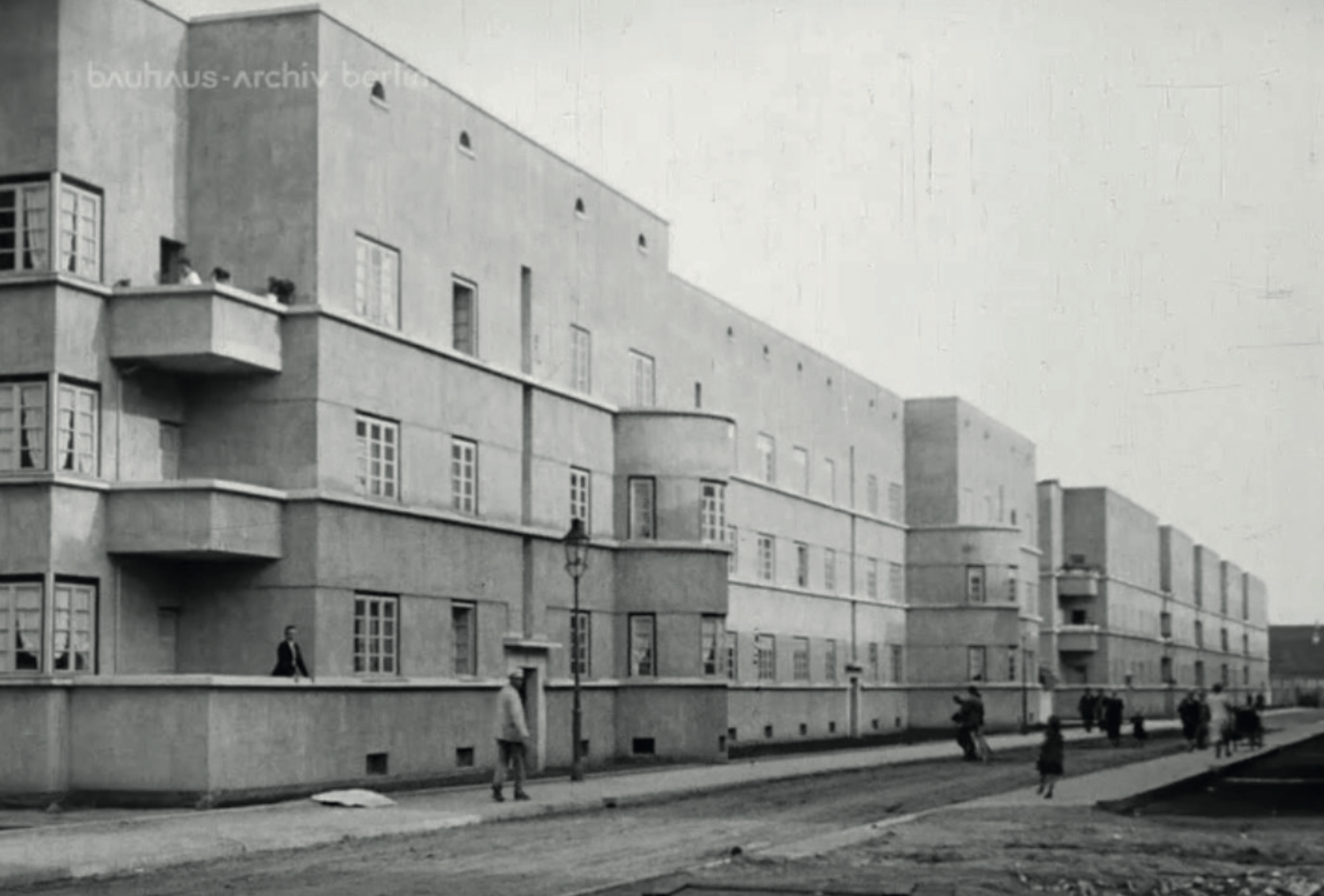 After the construction is completed, more green areas should be developed between the housing blocks! Light and Air for every apartment unit! Image from: How to live healthily and economically? Film series in four episodes by Walter Gropius and the Humboldt film GMBH, 1926.
