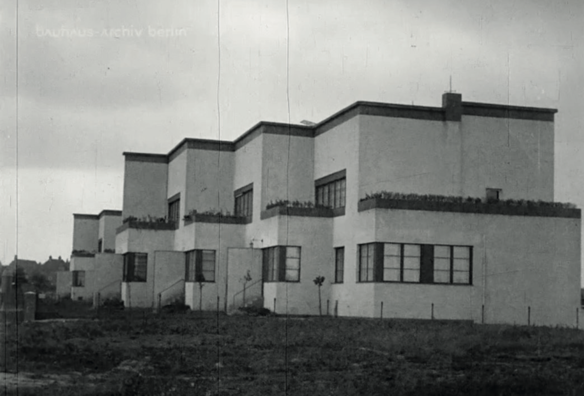 By staggering the house units one can achieve a rhythmical subdivision of the building blocks, and a varied front. Image from: How to live healthily and economically? Film series in four episodes by Walter Gropius and the Humboldt film GMBH, 1926.