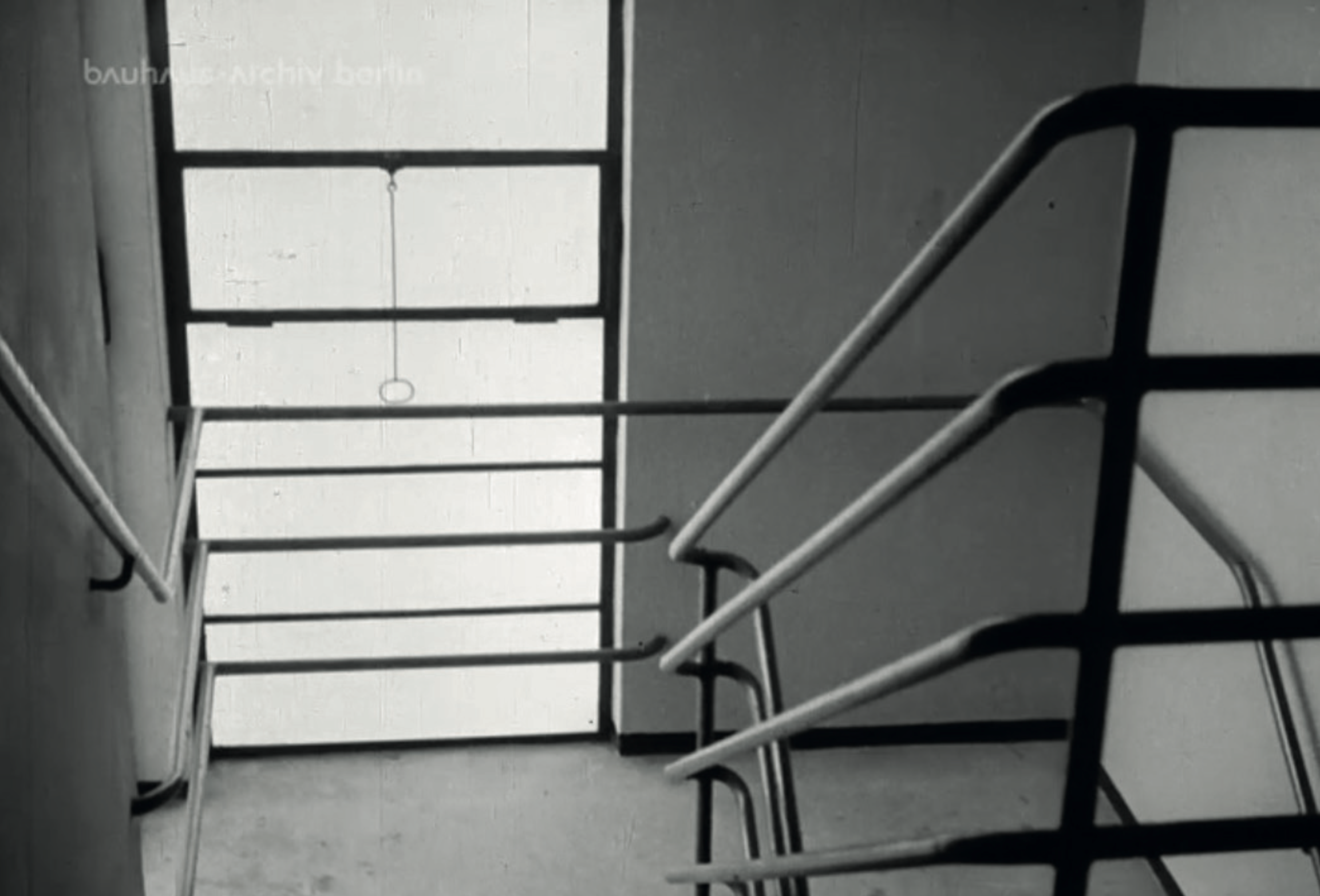 The protruding stairwell shapes the compositional rhythm of the facade. Image from: How to live healthily and economically? Film series in four episodes by Walter Gropius and the Humboldt film GMBH, 1926.