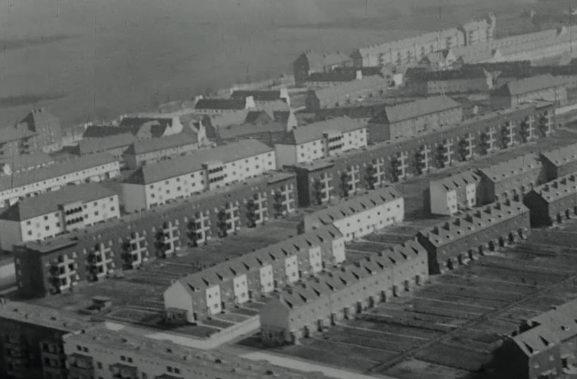 The building is no longer an autonomous artefact, but a building block for the street which is part of the overall settlement structure. Image from: How to live healthily and economically? Film series in four episodes by Walter Gropius and the Humboldt film GMBH, 1926.