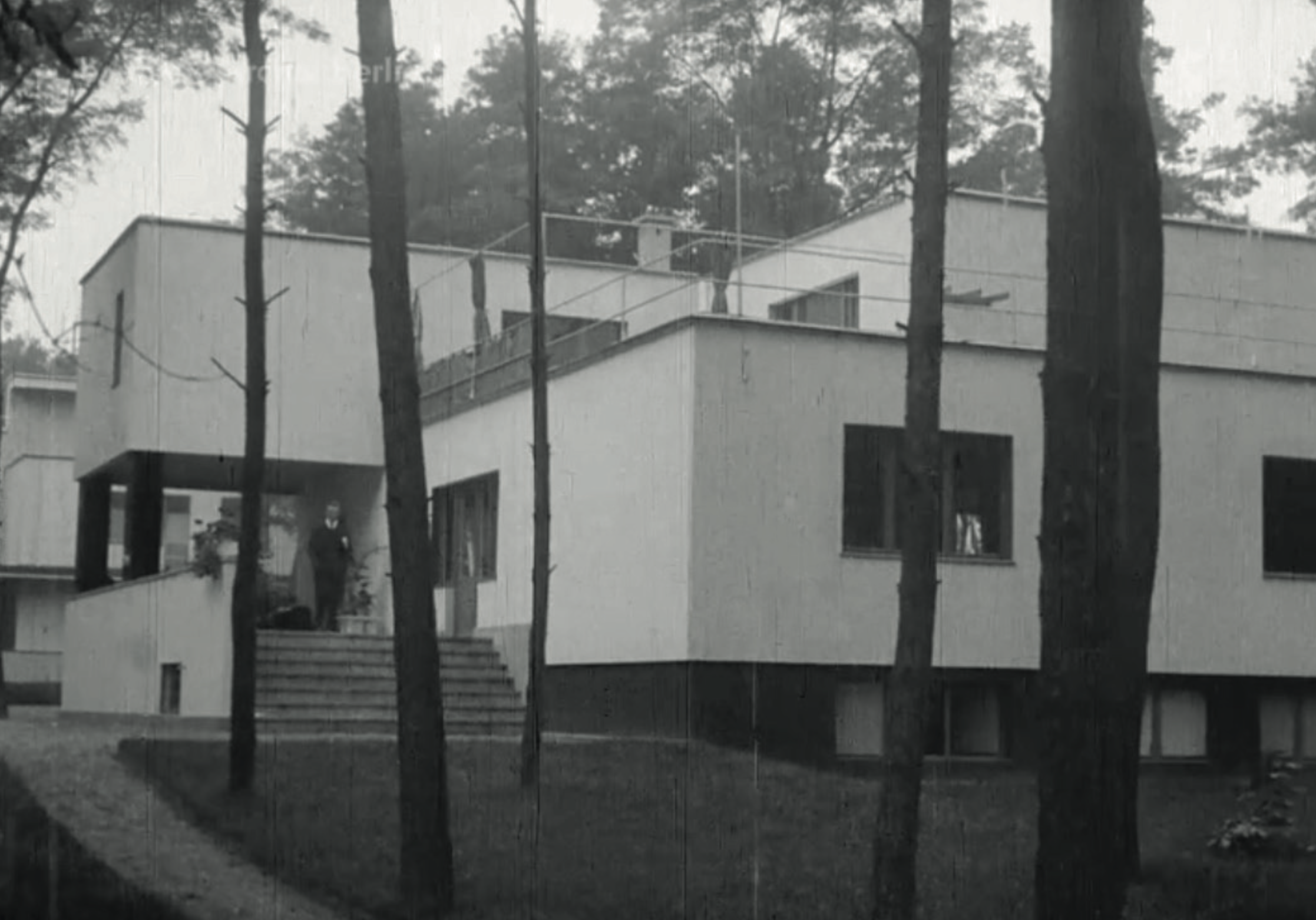 The house is remarkable for the consistent applica- tion of multiple technical innovations both in building construction and domestic technology. Image from: How to live healthily and economically? Film series in four episodes by Walter Gropius and the Humboldt film GMBH, 1926.