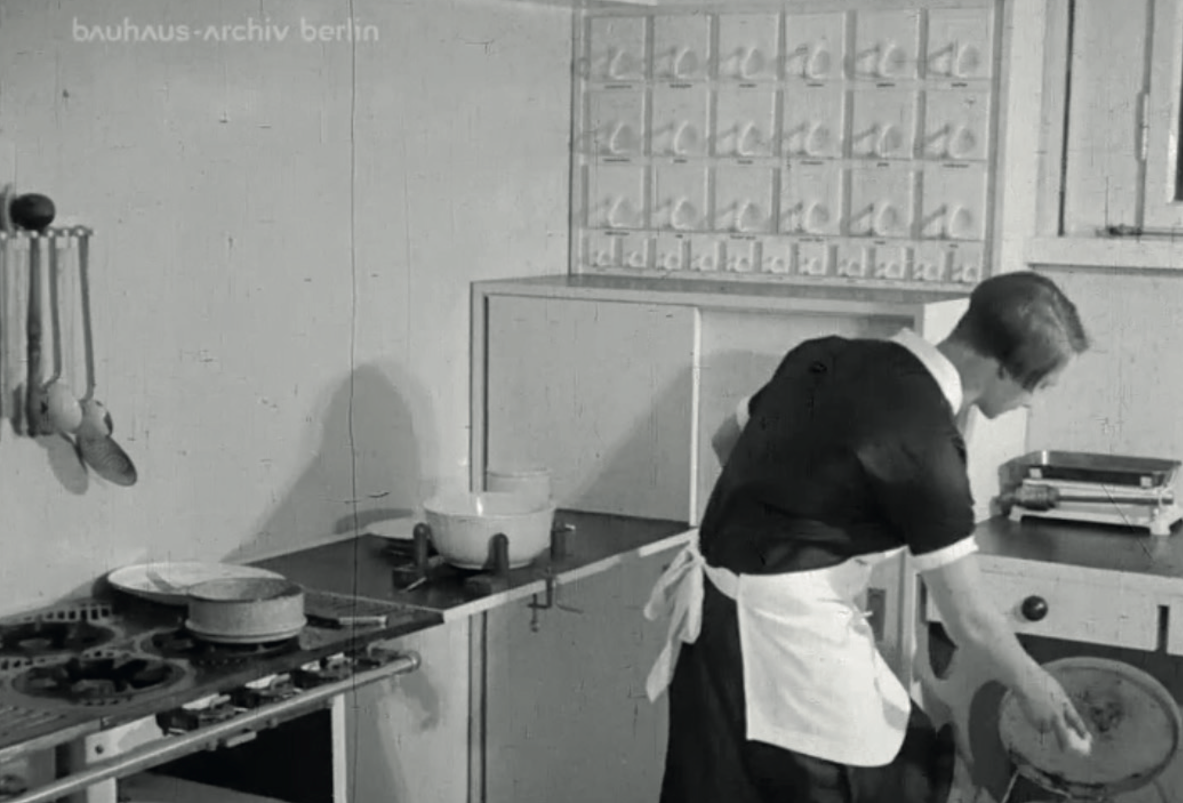 Located on the north side, the kitchen is relatively small in order to optimise the distances. The high position of the window allows an unobstructed work surface. Image from: How to live healthily and economically? Film series in four episodes by Walter Gropius and the Humboldt film GMBH, 1926.