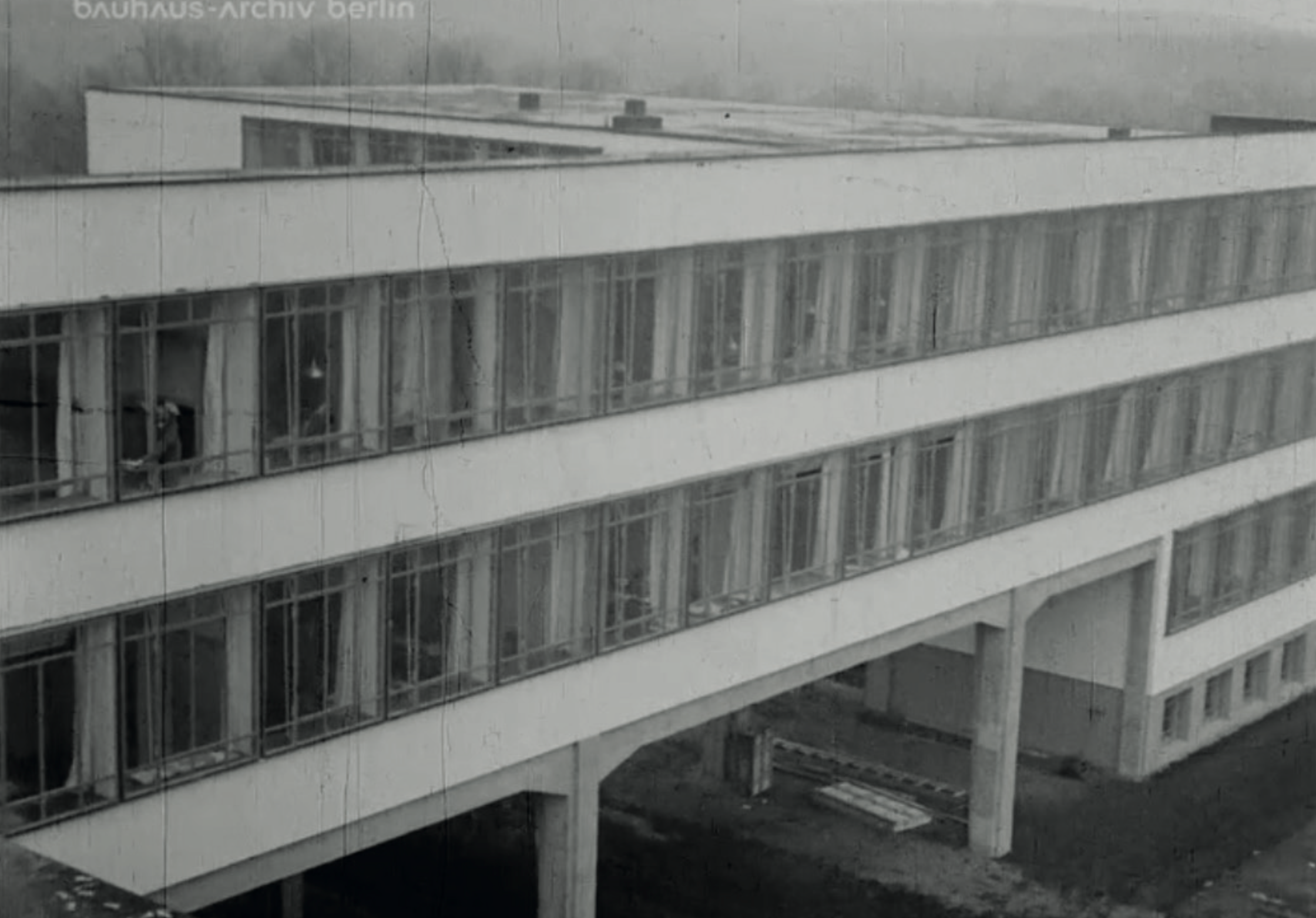The workshop building of the school is a reinforced concrete construction with glass facade on several floors. Image from: How to live healthily and economically? Film series in four episodes by Walter Gropius and the Humboldt film GMBH, 1926.