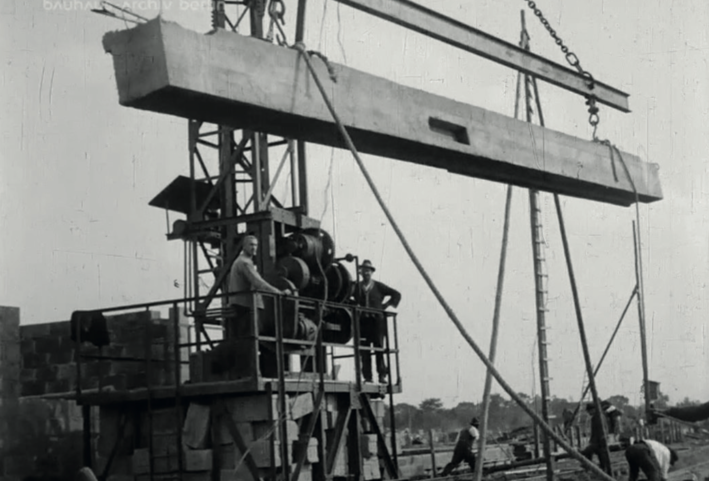The rammed beams are protected from rust. Image from: How to live healthily and economically? Film series in four episodes by Walter Gropius and the Humboldt film GMBH, 1926.