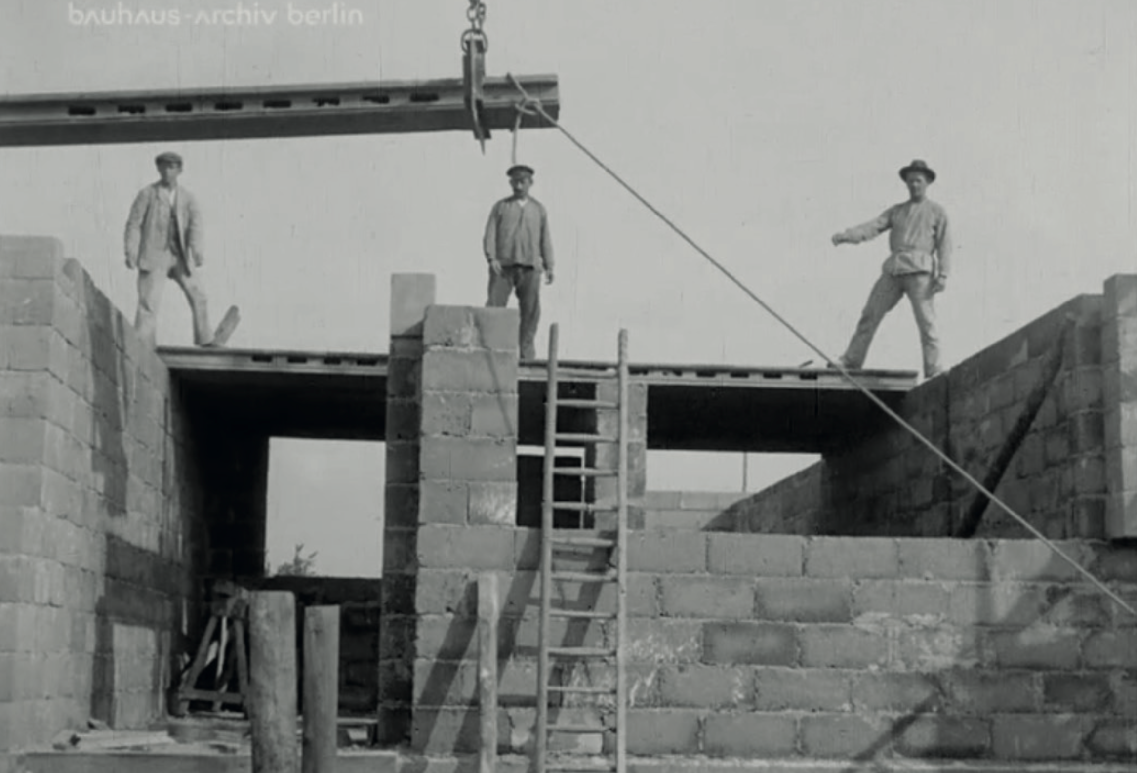 The instalment of the slab beams takes about 45 minutes. Image from: How to live healthily and economically? Film series in four episodes by Walter Gropius and the Humboldt film GMBH, 1926.
